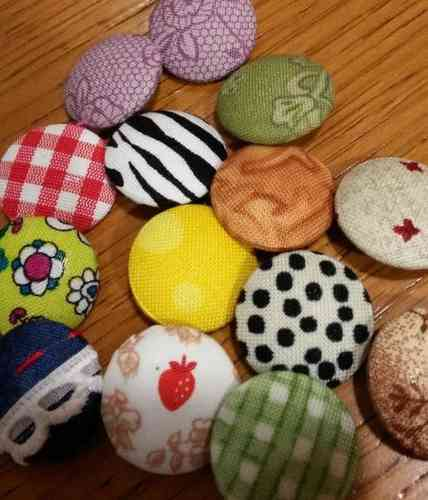 Lined buttons with mixed cloth.
